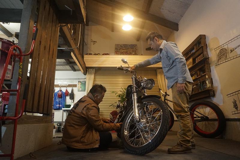 インダストリアルな バイクガレージ